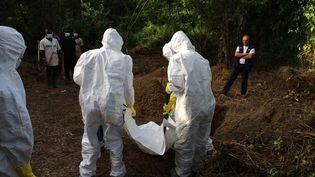 Les agents de santé portent le corps d'une victime de l'Ebola,à Kailahun (Sierra Leone),le 8 Juillet 2014. (EYEPRESS NEWS / AFP)