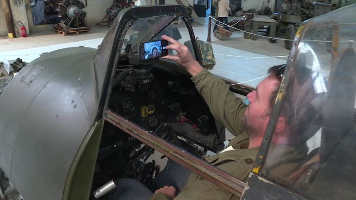 Un visiteur installé dans un Typhoon, avion iconique de la Seconde Guerre mondiale (M-P.Puaud / France Télévisions)