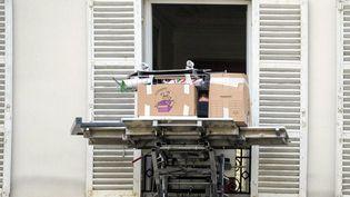 Des cartons posés sur un monte meuble à la fenetre d un appartement à Neuilly dans les Hauts-de-Seine, le 12 Mai 2020 (photo d'illustration). (BRUNO LEVESQUE / MAXPPP)