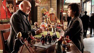 "Ben Kingsley et Asa Butterfield dans ""Hugo Cabret"" de Martin Scorsese. (Copyright Warner Bros. France)"