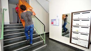 Des rippeurs livrent un meuble. Photo d'illustration. (CLAUDE PRIGENT / MAXPPP)