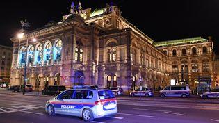 L'opéra de Vienne, dans le centre-ville de la capitale, lundi 2 novembre 2020. (JOE KLAMAR / AFP)
