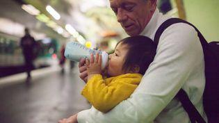 """Pour Lactalis, le retrait des laits infantiles est """"une mesure de précaution maximale"""" (photo d'illustration). (LECA / BSIP / AFP)"""