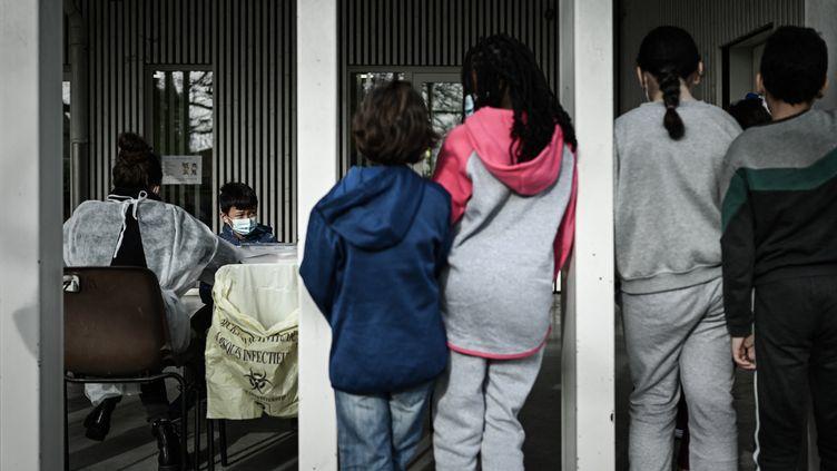 Des enfants en école élémentaire attendent pour leur test salivaire, le 25 février 2021. (PHILIPPE LOPEZ / AFP)