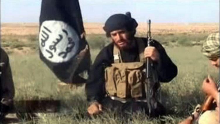 Capture d'écran d'une vidéo montrant le porte-parole du groupe Etat islamiqueMohammad Al-Adnani, publiée le 8 juillet 2012. (YOUTUBE / AFP)