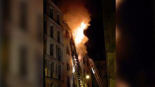 Un incendie ravage un immeuble du 18e arrondissement de Paris, le 2 septembre 2015. (CLEMENTLOUP / TWITTER)