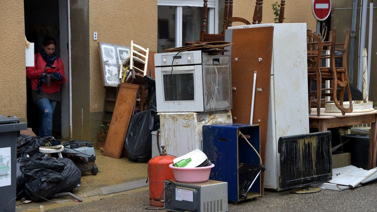 Une habitante de VIllalier (Aude) vide sa maison,le 16 octobre 2018, après des inondations qui ont détruit meubles et appareils ménagers. (PASCAL PAVANI / AFP)