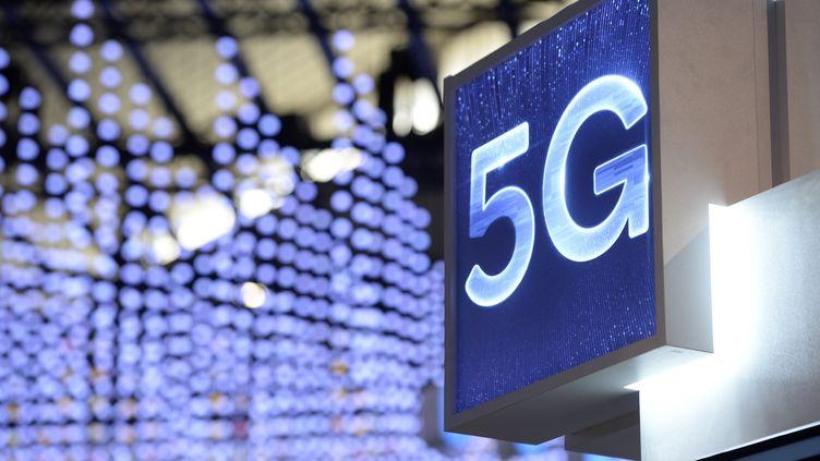 Signalétique 5G sur un stand au salon Mobile World Congress de Barcelone (Espagne), le 25 février 2019. (JOSEP LAGO / AFP)