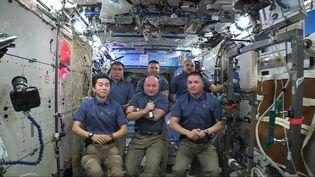 L'équipage de six astronautes à bord de la Station spatiale internationale, le 2 novembre 2015. (NASA TV / AFP)
