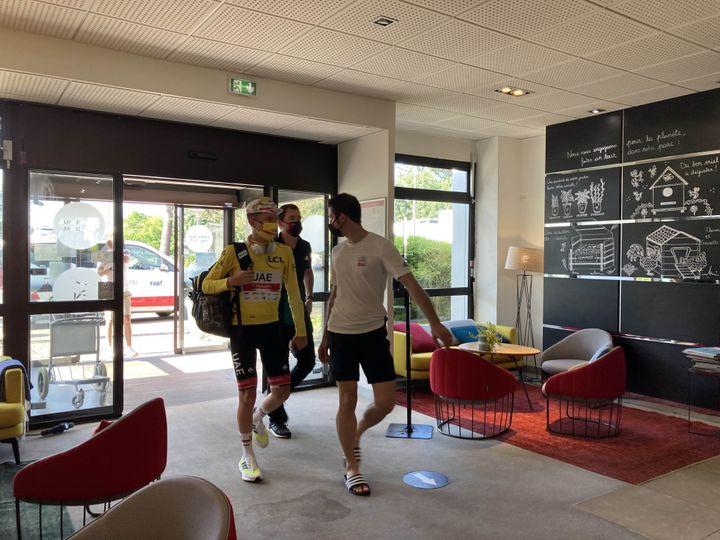 L'arrivée de Tadej Pogacar à son hôtel de Mérignac. (Adrien Hémard / franceinfo:sport)