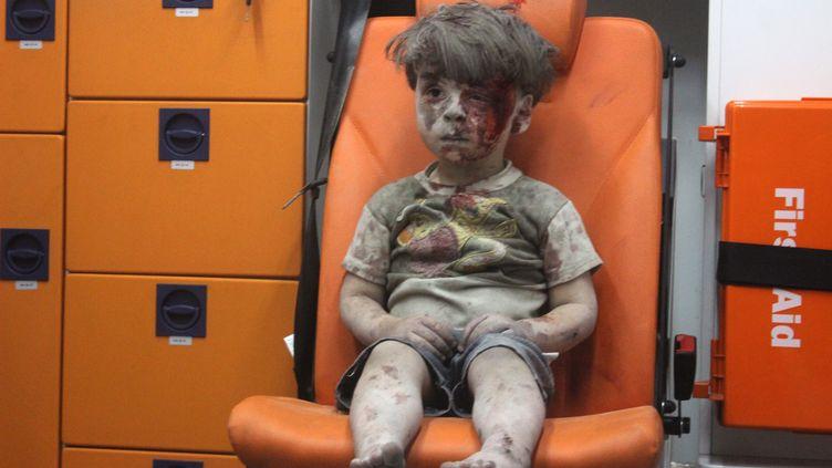 Le jeune Omran Daqneesh, un Syrien de 5ans victime des bombardements sur Alep (Syrie), le 17 août 2016. (MAHMUD RSLAN / ANADOLU AGENCY / AFP)
