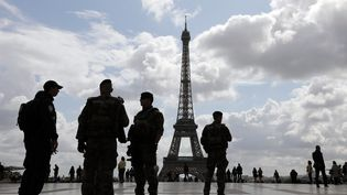 Des militaires de l'opération Sentinelle sur la place du Trocadéro à Paris, le 12 septembre 2017. (LUDOVIC MARIN / AFP)