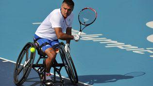 Le Français Stéphane Houdet, en demi-finale de tennis-fauteuil, au Jeux paralympiques de Londres, le 6 septembre 2012. (PAUL ELLIS / AFP)