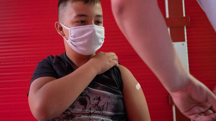 Un enfant après une vaccinationcontre leCovid-19, le 23 juillet 2021 au Barcarès (Pyrénées-Orientales). (JEANNE MERCIER / AFP)