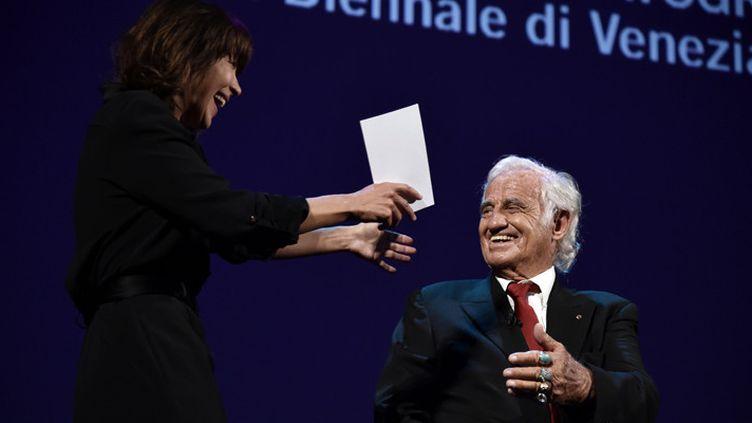 Sophie Marceau vient embrasser Jean-Paul Belmondo, lauréat d'un Lion d'or pour l'ensemble de sa carrière, à la Mostra de Venise, le 8 septembre 2016  (Tiziana Fabi / AFP)