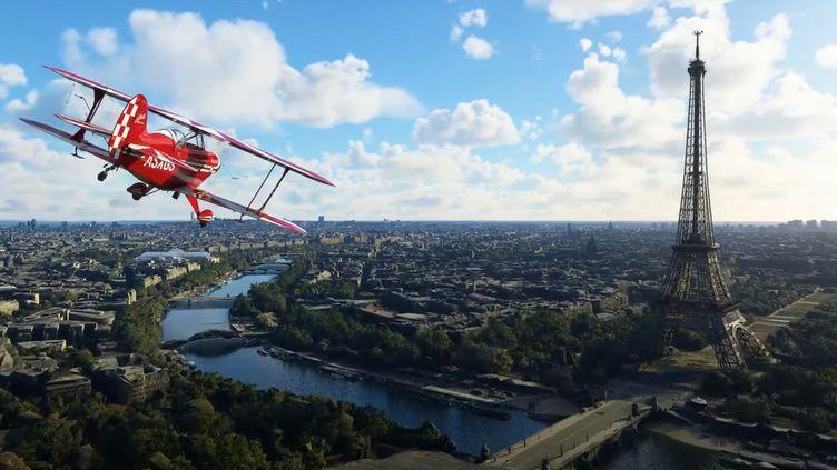 Un avion survole Paris dans la vidéo de présentation de la mise à jour de Flight Simulator, jeu vidéo de simulation d'aviation présentée par Microsoft le 13 avril 2021. (FRANCEINFO / RADIOFRANCE)