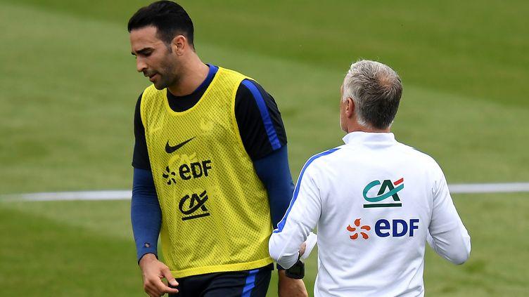 Le défenseur central français Adil Rami aux côtés du sélectionneur Didier Deschamps (FRANCK FIFE / AFP)