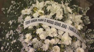 Plusieurs centaines de Brésiliens se sont rendus lundi matin au Théâtre municipal de Rio de Janeiro pour la veillée funèbre de Joao Gilberto, un des pères de la Bossa Nova, qui s'est éteint samedi à l'âge de 88 ans. (France 24)