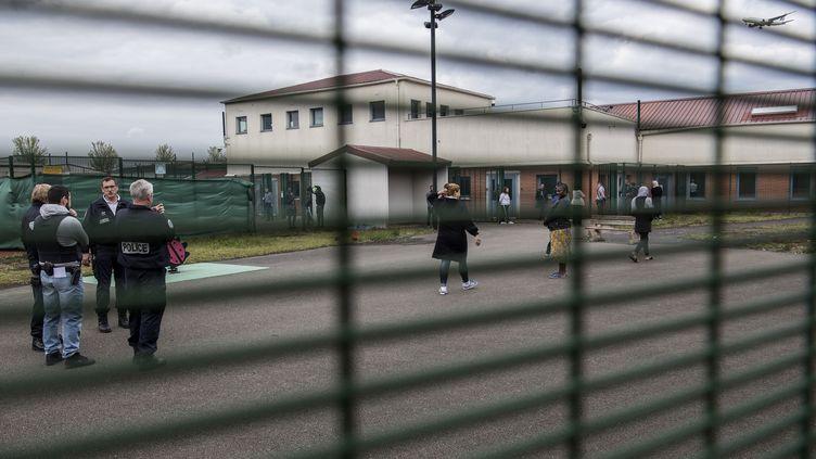 Un centre de rétention administrative au Mesnil-Amelot, le 6 mai 2019. (CHRISTOPHE ARCHAMBAULT / AFP)