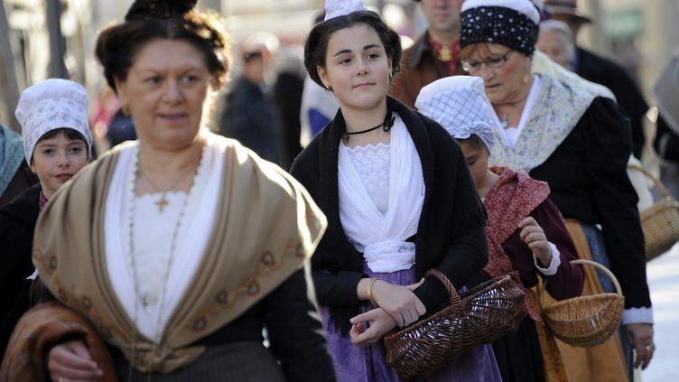 Défilé de groupes traditionnels provençaux dans le centre d'Istres (Bouches-du-Rhône), lors de la fête des bergers, en décembre 2013. (MAXPPP)