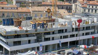 Un chantier dans le centre-ville de Montpellier (Hérault), le 24 juillet 2020. (NICOLAS GUYONNET / HANS LUCAS / AFP)