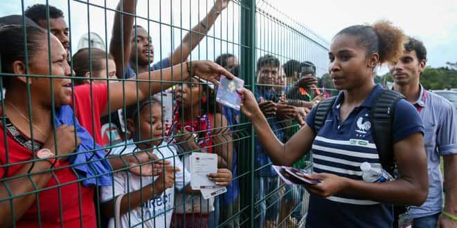 La joueuse de l'équipe de France Laura Georges signe des autographes avant le match France-Brésil, le 11 juin 2014.