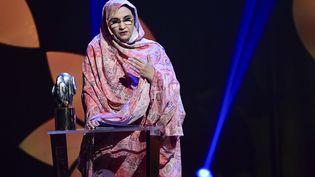 La militante sahraouie non-violente pour les droits de l'Homme au Sahara occidental, Aminatou Haidar, reçoit le Prix Right Livelihood au Cirkus de Stockholm, en Suède, le 4 décembre 2019. (ERIK SIMANDER / TT NEWS AGENCY)