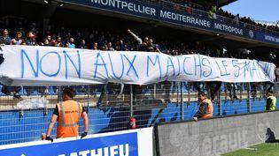 Des supporters de Montpellier tiennent une banderole réclamant l'interdiction des matches le 5 mai, jour de la catastrophe de Furiani. (PASCAL GUYOT / AFP)