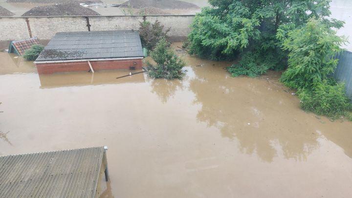 Vue sur le jardin inondé de la maison deLoïcet sa famille. (Loic Collette)