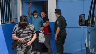 L'opposant Karim Tabbou lors de sa sortie de prison, le 2 juillet 2020 à Tipasa (Algérie). (RYAD KRAMDI / AFP)