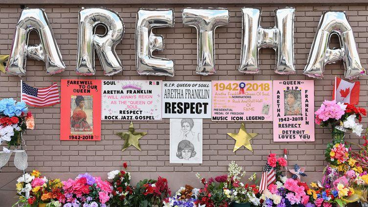 Un mémorial à la mémoire d'Aretha Franklin devant l'église New Bethel Baptist Church, où est exposé son cercueil.  (Angela Weiss / AFP)