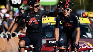 Les deux coureurs de l'équipe Ineos, Michal Kwiatkowski et Richard Carapaz franchissent la ligne d'arrivée de la 18e étape du Tour de France, le 17 septembre 2020 à La-Roche-sur-Foron. (MARCO BERTORELLO / AFP)