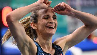 Alice Finot célèbre sa médaille d'argent au 3000m lors de l'Euro d'athlétisme en salle àTorun (Pologne), le 5 mars 2021. (SERGEI GAPON / AFP)