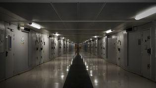 Un couloir de la prison de Fleury-Mérogis (Essonne), le 14 décembre 2017. (PHILIPPE LOPEZ / AFP)