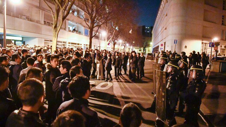 Des manifestants devant le commissariat du 19e arrondissement deParis, le 27 mars 2017. (CHEN YICHEN / XINHUA / AFP)