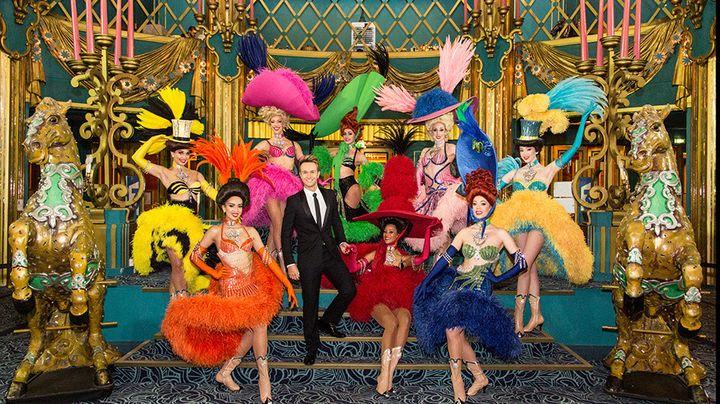 """Cyril Féraud entouré des danseuses du spectacle """"La Folie Offenbach"""".  (Delphine Ghosarossian / FTV)"""