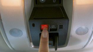 Un bouton d'urgence sur un boîtier eCall implanté ici dans une Volvo. (SNSA POUR FRANCE INFO)