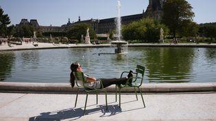 Une Parisienne profite du soleil et de la chaleur aux Tuileries à Paris le 14 septembre 2020. (MARIE MAGNIN / HANS LUCAS / AFP)