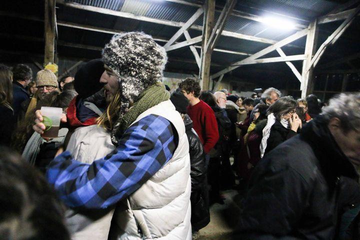 """Une accollade entre deux opposants au projet d'aéroport à Notre-Dame-des-Landes lors d'une soirée à """"La Vache Rit"""", mercredi 17 janvier 2017. (YANN SCHREIBER / RADIO FRANCE)"""