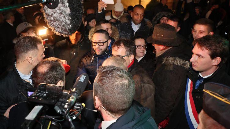 Le secrétaire d'Etat à la transition écologique, Sébastien Lecornu, au contact avec des salariés opposés à la fermeture de la centrale de Fessenheim jeudi 18 janvier 2018 devant la mairie. (MAXPPP)