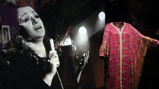 """A l'intérieur de l'exposition""""Divas, d'Oum Kalthoum à Dalida"""" (du 19 mai au 26 septembre 2021) : ici les tenues de scène de l'artiste Oum Kalthoum. (ALEXANDRE MARCHI / MAXPPP)"""