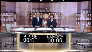 Christophe Jakubyszyn etNathalie Saint-Cricq sur le plateau qui accueillera le débat d'entre-deux tours opposant Emmanuel Macron à Marine Le Pen. (REUTERS)