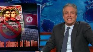 Capture d'écran d'un reportage montrant l'humoriste américain John Stewart, le 18 décembre 2014, sur la chaîne Comedy Central. (COMEDY CENTRAL / FRANCE 2)