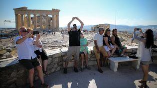 Des touristes visitent l'Acropole à Athènes (Grèce), le 4 juillet 2015. (KAY NIETFELD / DPA / AFP)