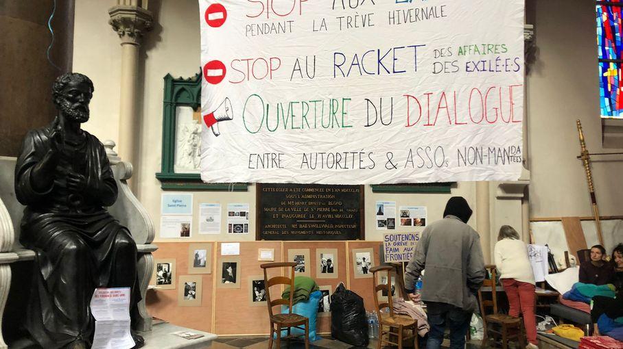 """""""En tant que citoyen français, j'ai honte"""" : à Calais, un prêtre et un couple d'habitants en grève de la faim pour défendre les réfugiés"""