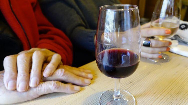 La consommation d'alcool au travail est l'un des principaux motifs d'inquiétude des responsables du personnel. (GODONG / BSIP / AFP)
