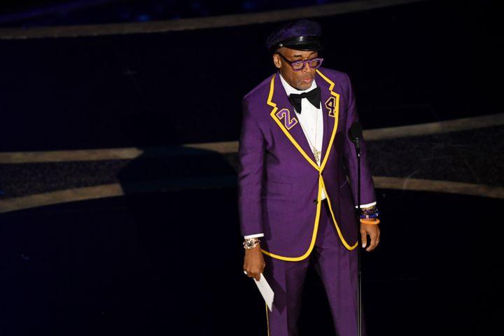 Le réalisateur Spike Lee habilléen mauve, son revers de veste portant le numéro 24 pour honorer la légende du basket-ball Kobe Bryant, qui a été tué dans un accident d'hélicoptère il y a deux semaines.92e cérémonie des Oscars, dans la nuit du dimanche 9 au lundi 10 février à Los Angeles. (KEVIN WINTER / GETTY IMAGES NORTH AMERICA)