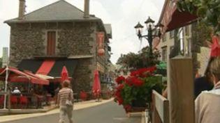 Certains restaurants et commerces ne peuvent pas ouvrir faute de saisonniers. En voici un exemple à Murol, dans le Puy-de-Dôme. (FRANCE 3)