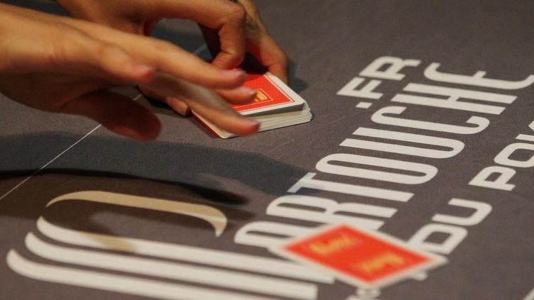 Un croupier du casino Le Palm Beach de Cannes (Alpes-Maritimes), propriété du groupe Partouche. Ce dernier fait face à des créanciers qui refusent de renégocier sa dette, forçant le groupe à demander une procédure de sauvegarde. (MAXPPP)