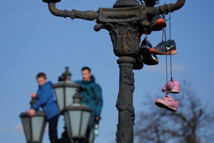 Des baskets sont suspendues à un lampadaire, dimanche 26 mars 2017 à Moscou (Russie), comme un symbole de la lutte anticorruption. (MAXIM SHEMETOV / REUTERS)